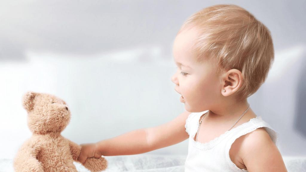 bambina comunica con pupazzo